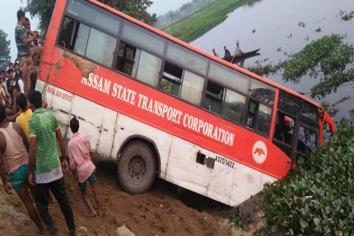 असम राज्य परिवहन निगम की बस तालाब में गिरी, हादसे में 7 लोगों की मौत, 20 घायल
