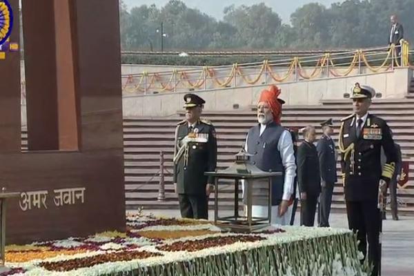 PM मोदी ने 48 साल पुरानी तोड़ी परंपरा, राष्ट्रीय युद्ध स्मारक जाकर शहीदों को दी श्रद्धांजलि