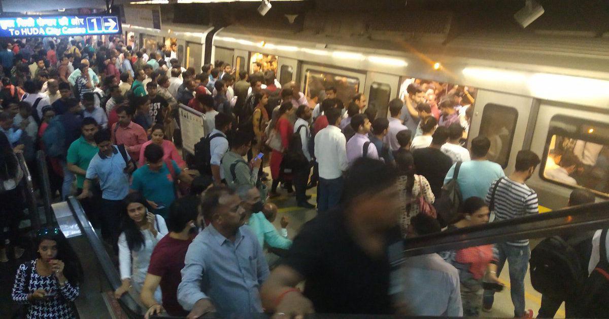 अब दिल्ली मेट्रो के भीतर और स्टेशन पर गद्दारों को गोली मारने के नारे लगे