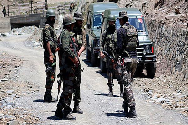 जम्मू-कश्मीर: पुलवामा के त्राल इलाके में सुरक्षा बलों ने 3 आतंकियों को मार गिराया