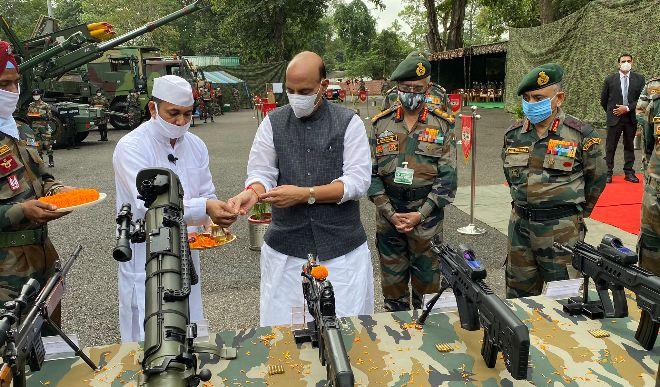 राजनाथ सिंह ने की शस्त्र पूजा, कहा- किसी को एक इंच जमीन भी नहीं लेने देगी भारतीय सेना