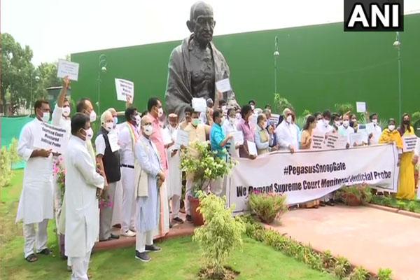 जासूसी मामले को लेकर कांग्रेस, शिवसेना, द्रमुक ने संसद परिसर में किया प्रदर्शन